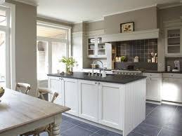 cuisine en belgique cuisine modèle buckingam avec plan de travail en bleue de