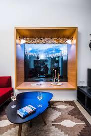 wohnzimmer mit panoramafenster und josef frank rollo schandl