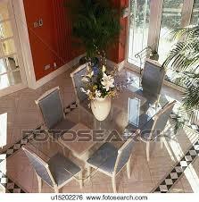 luftaufnahme glastisch und grauer stühle in rot