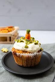 gesunde apfel karotten muffins mit frischkäse topping