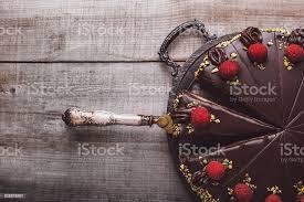 schokolade kuchen mit marzipan überzogen und himbeeren stockfoto und mehr bilder altertümlich