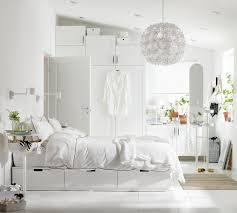 stilvolles und helles schlafzimmer in weißtönen ikea
