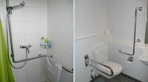 umgebaute dusche mit klappsessel und haltegriffen und
