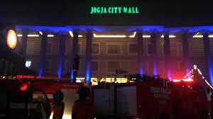 Empat Mobil Pemadam Kebakaran Dari Sleman Dan Yogyakarta Diterjunkan Untuk Menjinakkan Si Jago Merah Di Jogja City Mall Liputan6 Switzy Sabandar