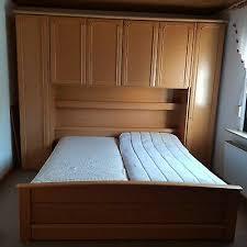 komplettes schlafzimmer bett mit überbau 3 schränke inkl