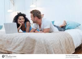 ein glückliches junges paar entspannte sich zu hause und lag