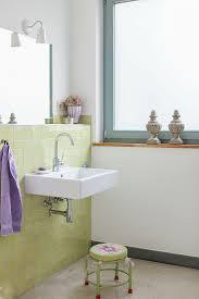 waschbecken an grün gefliester wand und bild kaufen