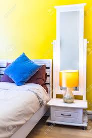 inter design modern schlafzimmer weiß holz nachttisch und lesele