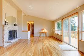 leeres wohnzimmer mit kamin parkett und glas schiebe tür ausgang zum deck