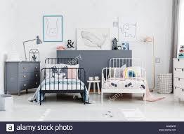 schwarz und weiß betten in bunten kinder schlafzimmer
