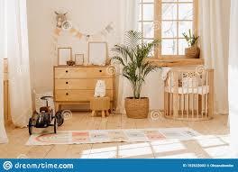 chalet baby schlafzimmer innen mit gemütlichem wiegen bett