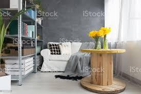 wohnzimmer mit blumen stockfoto und mehr bilder atelier