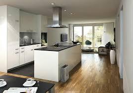 weiße küche dunkle arbeitsplatte dunkler boden weisse