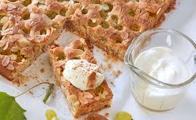 trauben mandelkuchen mit vanilleschaum