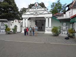 Dari Segi Bangunannya Keraton Ini Merupakan Salah Satu Contoh Arsitektur Istana Jawa Yang Terbaik Memiliki Beberapa Balairung Mewah Dan Lapangan Serta