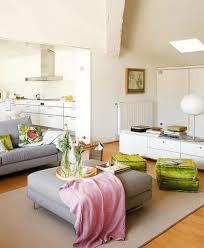 wohnzimmer weiß mit grau rosa und grünen akzenten