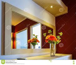 blumen im vase am spiegel auf dem tisch im modernen