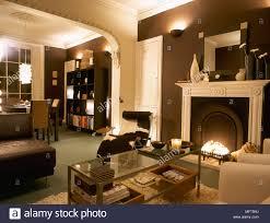 ein modernes offenes wohnzimmer mit essbereich kamin