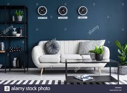 elegante beige sofa in einem dunklen navy blue wohnzimmer