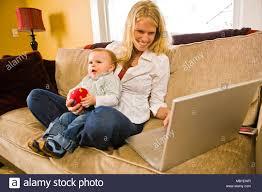 30 ish mutter und ihr baby auf der wohnzimmer zusammen