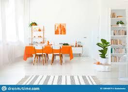 esszimmer in der klaren farbe orange tischdecke auf tabelle
