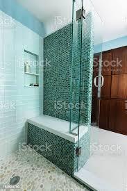 glas geflieste dusche interieur des modernen wohnung design im badezimmer stockfoto und mehr bilder architektonisches detail