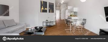 panorama der geräumigen und modernen wohnung mit holzboden