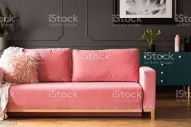 rosa sofa mit kissen in grau wohnzimmer interieur mit poster über grün gehäuse mit anlage echtes foto stockfoto und mehr bilder das leben zu hause