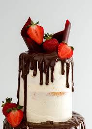 dreistöckiger vanille dripcake mit frischen erdbeeren zum