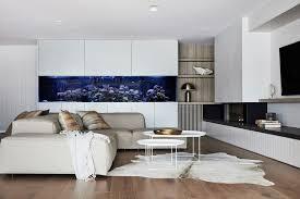 aquarium in der wand zwischen den räumen und design des
