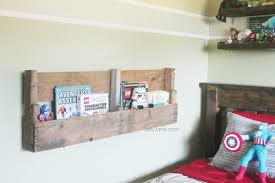 Easy DIY Pallet Bookshelf