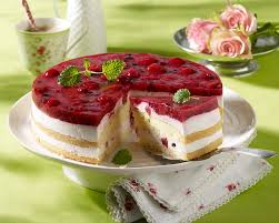joghurt biskuit torte mit roter grütze