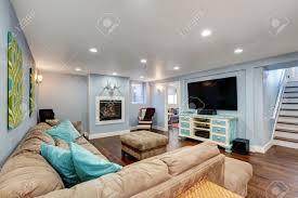 pastell blaue wände im keller wohnzimmer unter große ecksofa mit blauen kissen und hocker vintage weiße und blaue tv schrank northwest usa