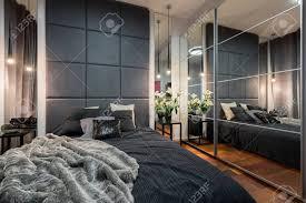 luxuriöses schlafzimmer mit doppelbett und spiegelschrank