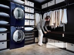 trockner auf waschmaschine im begehbaren kleiderschrank