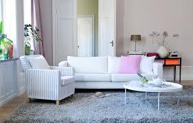 wohnzimmer feminin einrichten couchtisch teppich