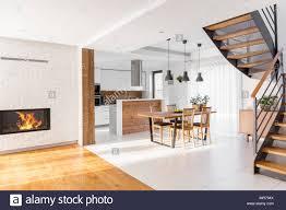 moderner luxus apartment mit offener treppe gemeinsamen