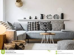kopierte kissen auf grauer in modernem wohnzimmer