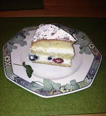 verpoorten mascarpone torte in herzform mit himbeeren und heidelbeeren