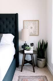 holztisch zimmerpflanzen modern nachttisch deko