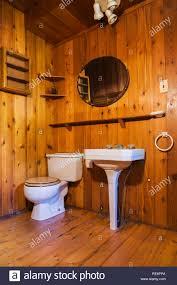 weißer sockel waschbecken wc im badezimmer mit beplankten