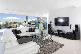 mädchen lesung im luxus wohnzimmer