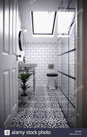 modernes badezimmer mit viktorianischen gemusterten fliesen