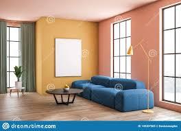 gelbes und beige wohnzimmer mit sofa und plakat stock