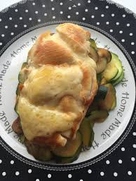 cuisiner les filets de poulet filet de poulet au fromage sur un lit de courgettes et sa