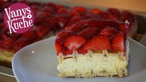 waffeltorte mit vanillecreme und erdbeeren