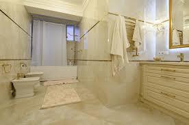 modernes badezimmer waschbecken dusche und badewanne in