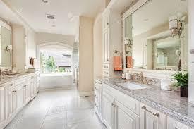großes badezimmer innenraum im luxus haus mit zwei waschbecken fliesenböden phantasie schränke große spiegel und badewanne