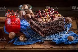 süße schokolade kuchen mit kirschen und nüssen stockfoto und mehr bilder bildhintergrund