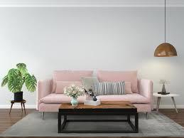 wohnzimmer mit rosa sofa 1226984 stock foto